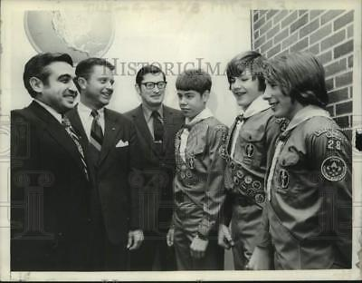 1974 Press Photo Politicians chat with Boy Scouts in Albany, New York