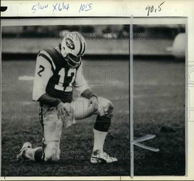 1975 Press Photo NY Jets Joe Namath kneeling on one knee, game vs Miami Dolphins