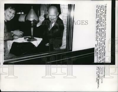 1968 Press Photo Dwight Eisenhower gives V Sign as he leaves St.Pancras Station