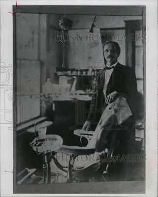 1983 Press Photo Dentist D.B. Caswell in early 1900s office - RSM04413