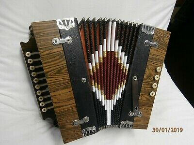 INVICTA 4 BASS BUTTON ACCORDION key is D 1940-1950 brown wood finish