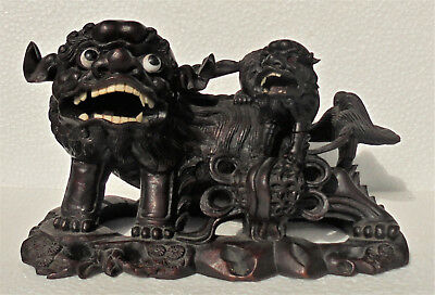 CINA (China): Old Chinese carved wood Foo dogs figurine