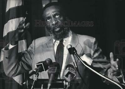 1986 Press Photo United States Activist Dick Gregory speaking in Milwaukee, WI