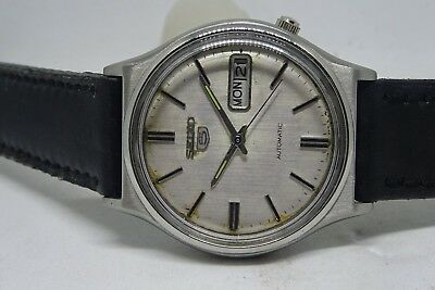 *vintage Seiko 5 Day&date Automatic Silver Color Dial Silver Figure Man's Watch