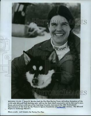 1989 Press Photo Susant Butcher with one of her lead dogs, Lecanin. - mjp04269