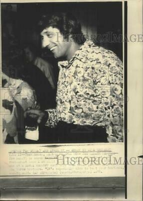 1975 Press Photo New York Jets Football Legend Joe Namath At His Restaurant
