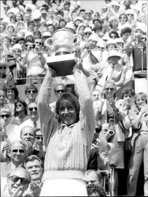 Martina Navratilova proudly holds his cup after the win against Chris Evert - Vi