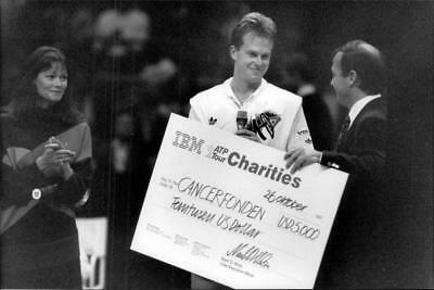 Tennis player Stefan Edberg, with a $ 5,000 check for the cancer fund - Vintage