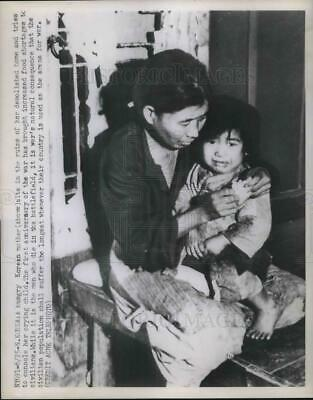 1951 Press Photo Korean mother with her hungry Crying child during war