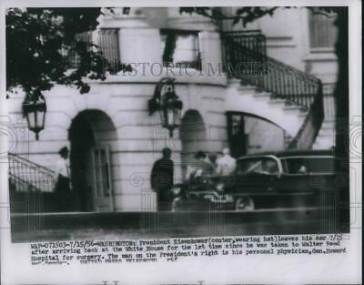 1956 Press Photo Pres. Eisenhower Leaves Car After Surgery with Gen. Snyder