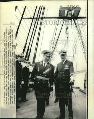 1975 Press Photo Rear Admiral Snyder and Soviet's Kalinin tour US ships