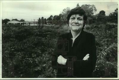 1989 Press Photo Eleanor Audlin Standing at Vacant Land Lot - sya23654
