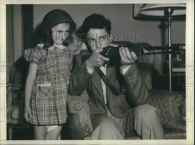1945 Press Photo Neice & Nephew of Gen Dwight D Eisenhower play with Uncle Ike