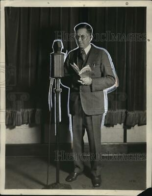 1930 Press Photo Uncle Ben Darrow, radio school master, stretches across nation