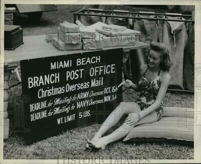 1943 Press Photo WWII bathing beauty points out Miami Beach post office sign