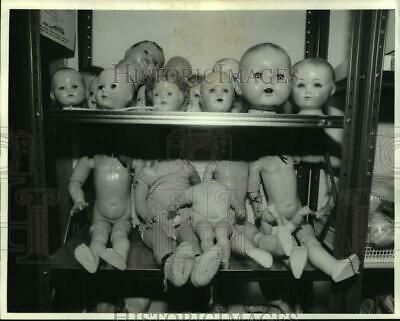 1986 Press Photo Closeup of Doll Heads and Bodies at Carriage House Dolls & Toys