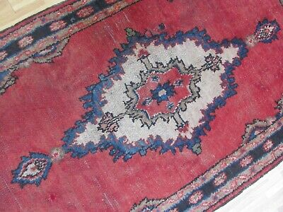 A LOVELY OLD HANDMADE TRADITIONAL ORIENTAL RUG (175 x 100 cm)