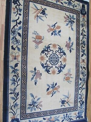 A DECORATIVE OLD HANDMADE CHINESE RUG (190 X 122 cm)