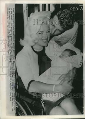 1962 Press Photo Richard Dawson and Diana Dors as they leave hospital with son.