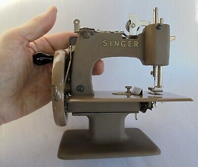 VINTAGE MINIATURE SINGER SEWING MACHINE IN VERY GOOD CONDITION ~ lovely display