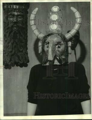 1985 Press Photo Courtney Spore of the Everson Museum staff models Helmet Mask
