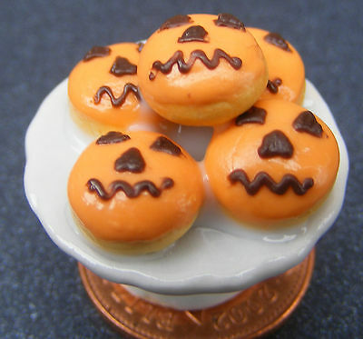 1;12 Scale Pumpkin Face Cakes On A Stand Dolls House Miniatures Dining Room PL92