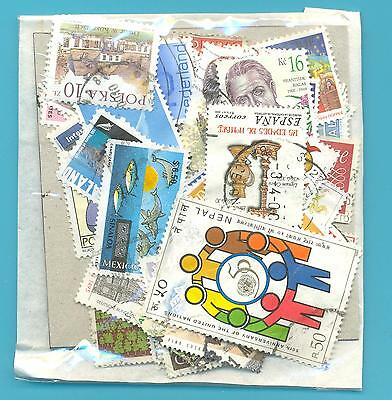 A SMALL COLLECTION OF WORLD STAMPS IN PACKET.(ref.208)USED