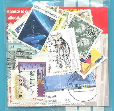 A SMALL COLLECTION OF WORLD STAMPS IN PACKET.(ref.222)USED