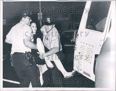 1962 Chicago Police Manhandle Kicking Leggy Woman Car Break In Press Photo