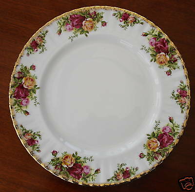 A LARGE 1962 ROYAL ALBERT OLD COUNTRY ROSES DINNER PLATE  26.5cm