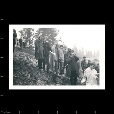 Old Vintage Photo MEN WOMEN GUY WITH MOVIE CAMERA SHOOTING FILM IN FIELD