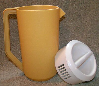 RETRO Rubbermaid gold Yellow 2-1/4 quarts SLOTTED  beverage PITCHER container