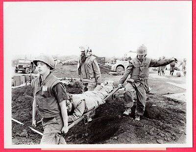 1968 USMC Marines Bring in Wounded at Khe Sanh Vietnam Original News Photo