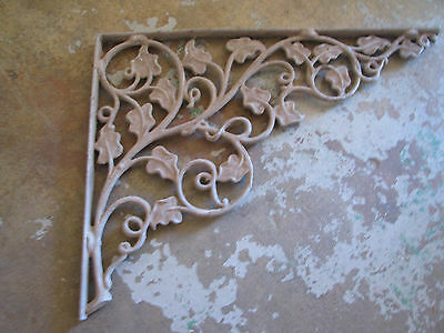 ARCHITECTURAL SALVAGE Cast Metal CORNER BRACKET Vtg/Antique CHIPPY English Ivy