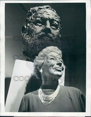 1968 Mary Hemingway With Bust of Husband Author Ernest Press Photo