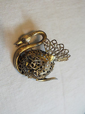 Beautiful Brooch Pin Gold Tone Filigree Figural Swan 1 3/4 x 1 7/8 Inch ORNATE