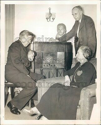 1940 Henry Wallace & Wife Listen to Vintage RCA Victor Radio Press Photo