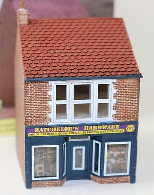 OO 1:76 scale Hornby Skaledale Batchelor's Hardware store R9835 New FNQHobbys