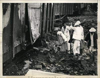 1957 Press Photo Chinese sanitary corps recover bodies in Soochow after bombing
