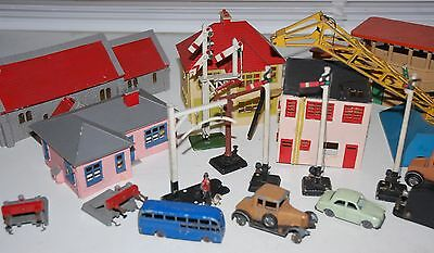 Hornby Dublo Layout Extras Including Figures And Buffers