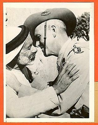 1941 Africa Australian Officer Kisses Cheek of Mukhtar Original News Photo