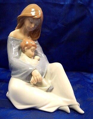 The Greatest Bond Mother Holding Child Porcelain Figurine Nao By Lladro  #1554