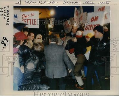 1990 Press Photo Police & McMinnville School District administrators at strike