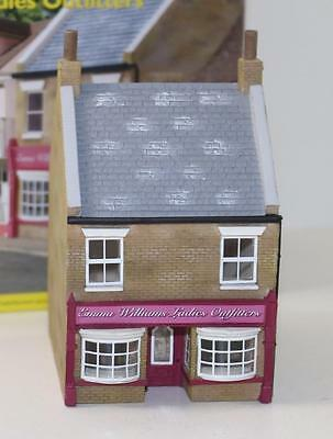 OO 1:76 Hornby Skaledale Emma Williams Ladies outfitter R9678 FNQHobbys SK045