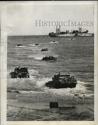 1944 Press Photo duck boats bring supplies to Anzio beach head, Italy WWII