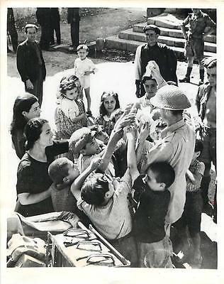 WWII British Soldier Shares Rations w/ Children in Palazzolo, Sicily Press Photo