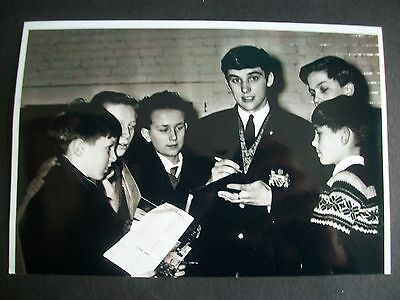 """MANCHESTER UNITED Player George Best signing autographs  6""""x4""""  Photo REPRINT"""
