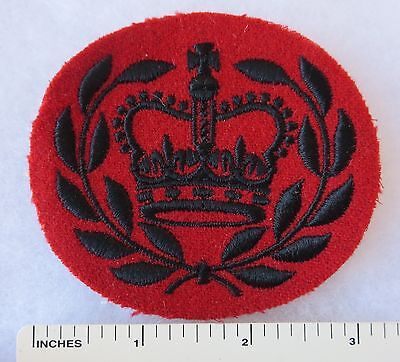 Post WW2 Vintage BRITISH SERGEANT MAJOR Large QUEEN'S CROWN WREATH PATCH on RED