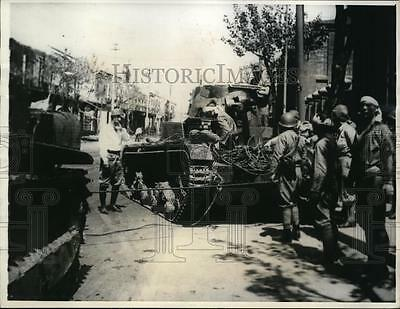 1937 Press Photo Japanese soldiers look at captured Chinese tanks in Shanghai