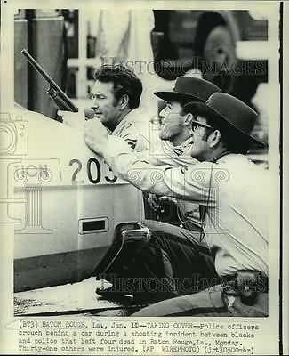 1972 Press Photo Police Officers Behind Car During Shootout in Baton Rogue
